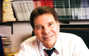 Photo of Cialdini in an office.